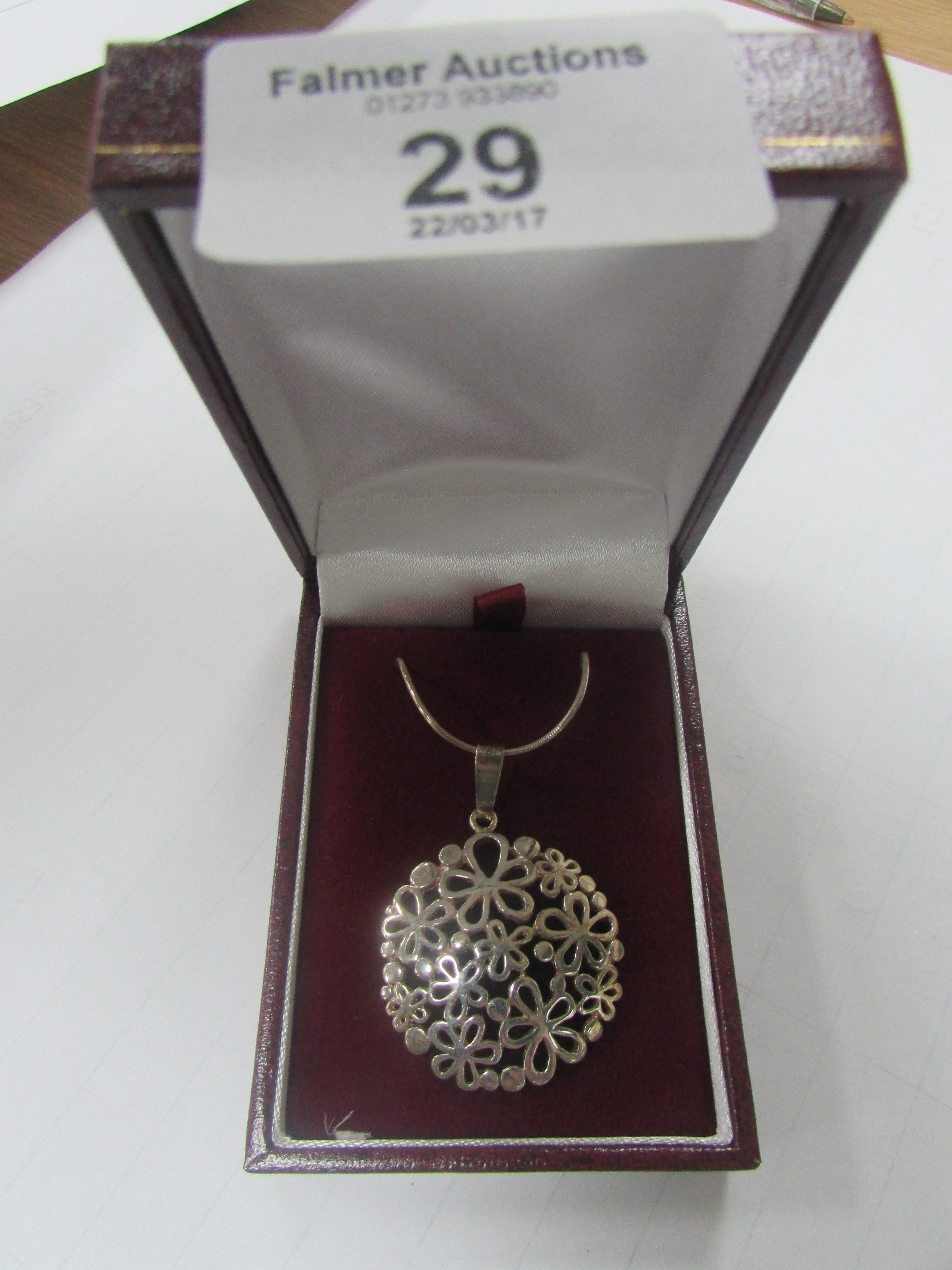 Lot 29 - 925 silver pendant and chain