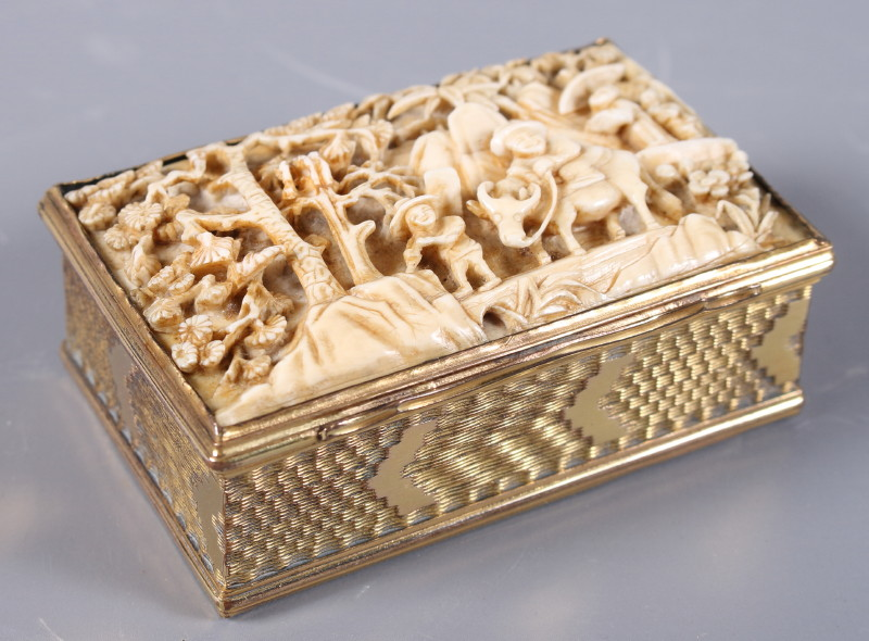 Lot 57 - An 18th century Continental silver gilt snuffbox with engine turned decoration, the lid inset with a
