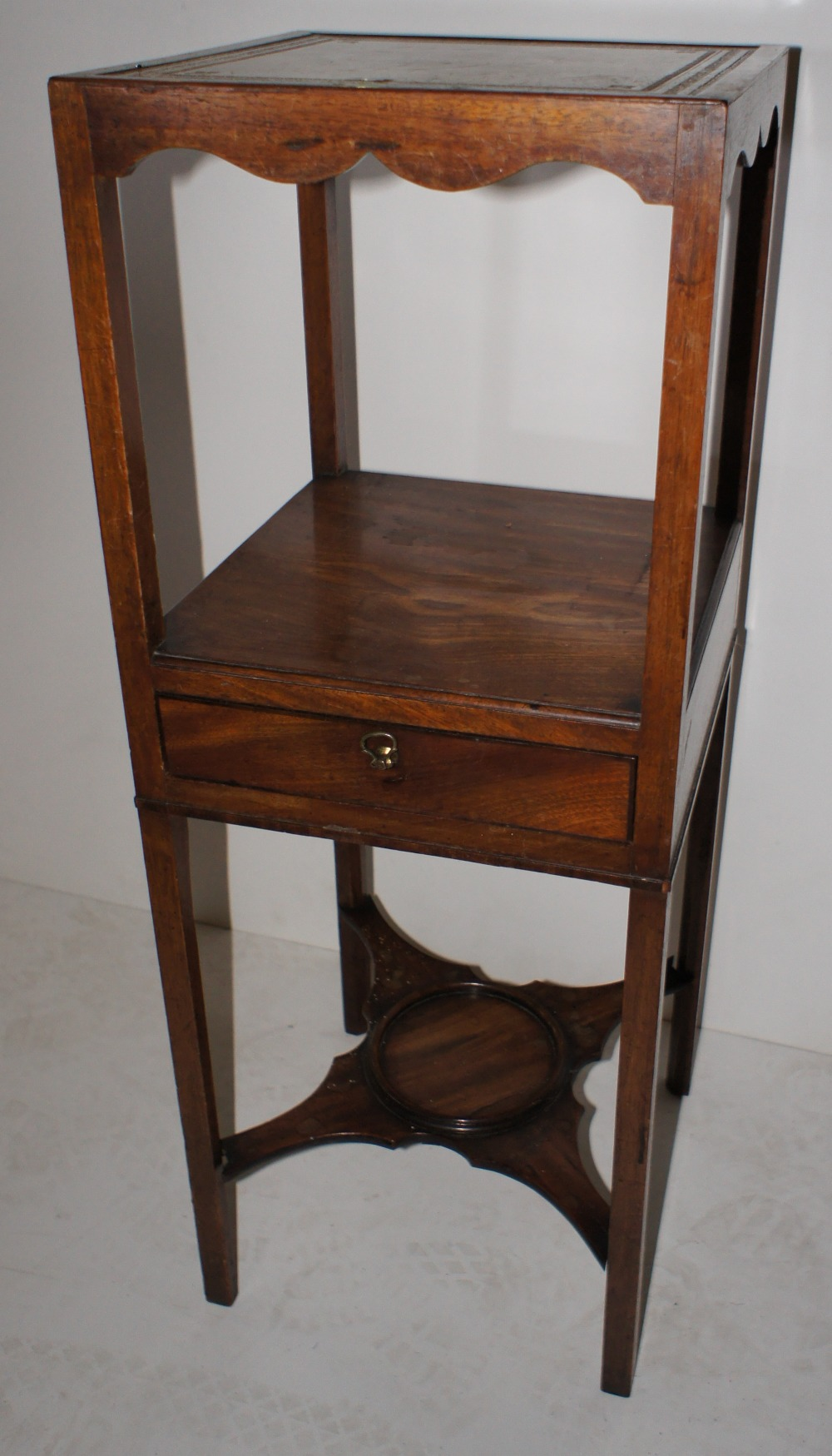 Lot 652 - NV- a small mahogany three tier washstand with a small drawer