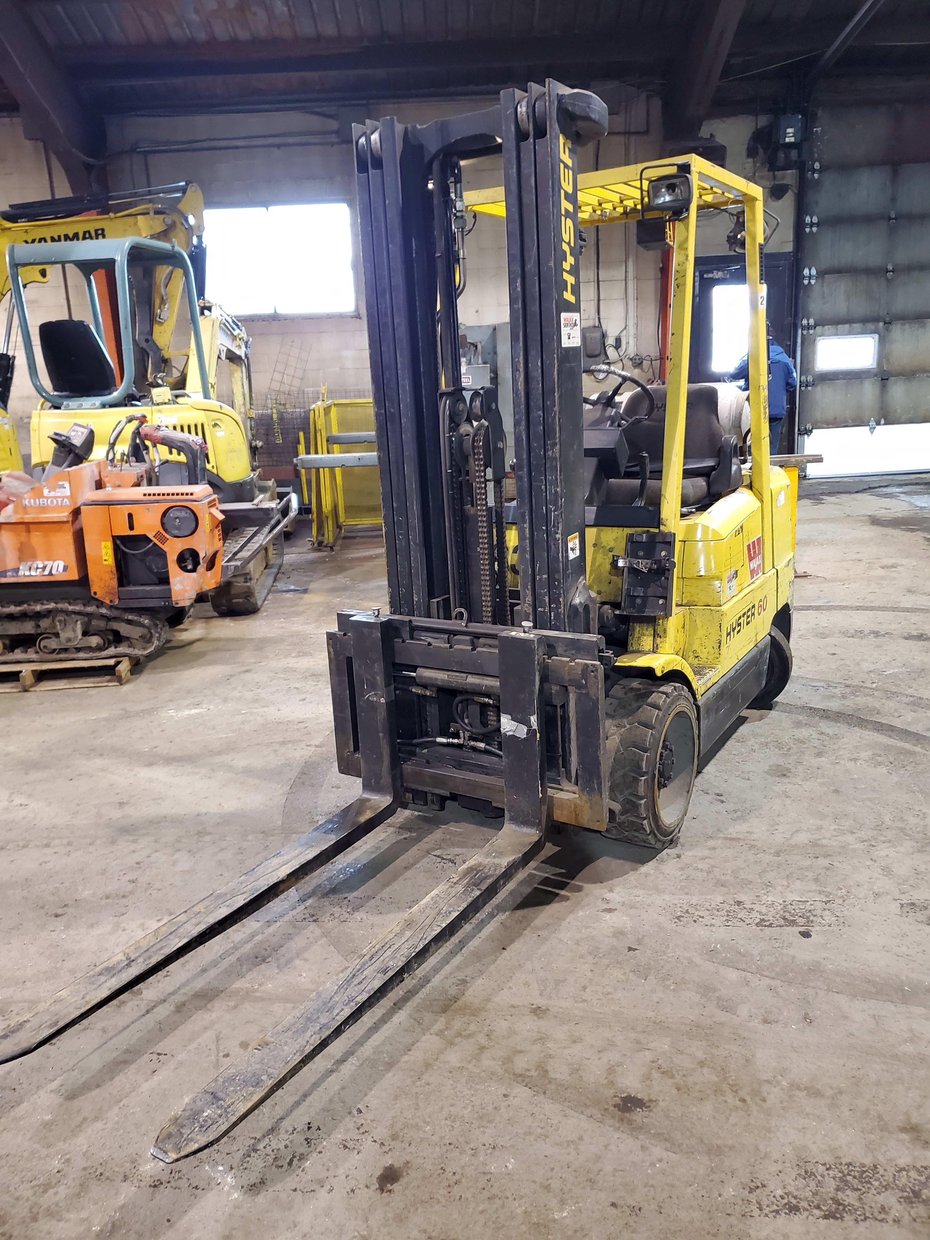 HYSTER PROPANE FORKLIFT, S60XM 6000LB CAPACITY, TRIPLE MAST, SIDE SHIFT- LOCATION - LACHINE, QUEBEC - Image 2 of 6