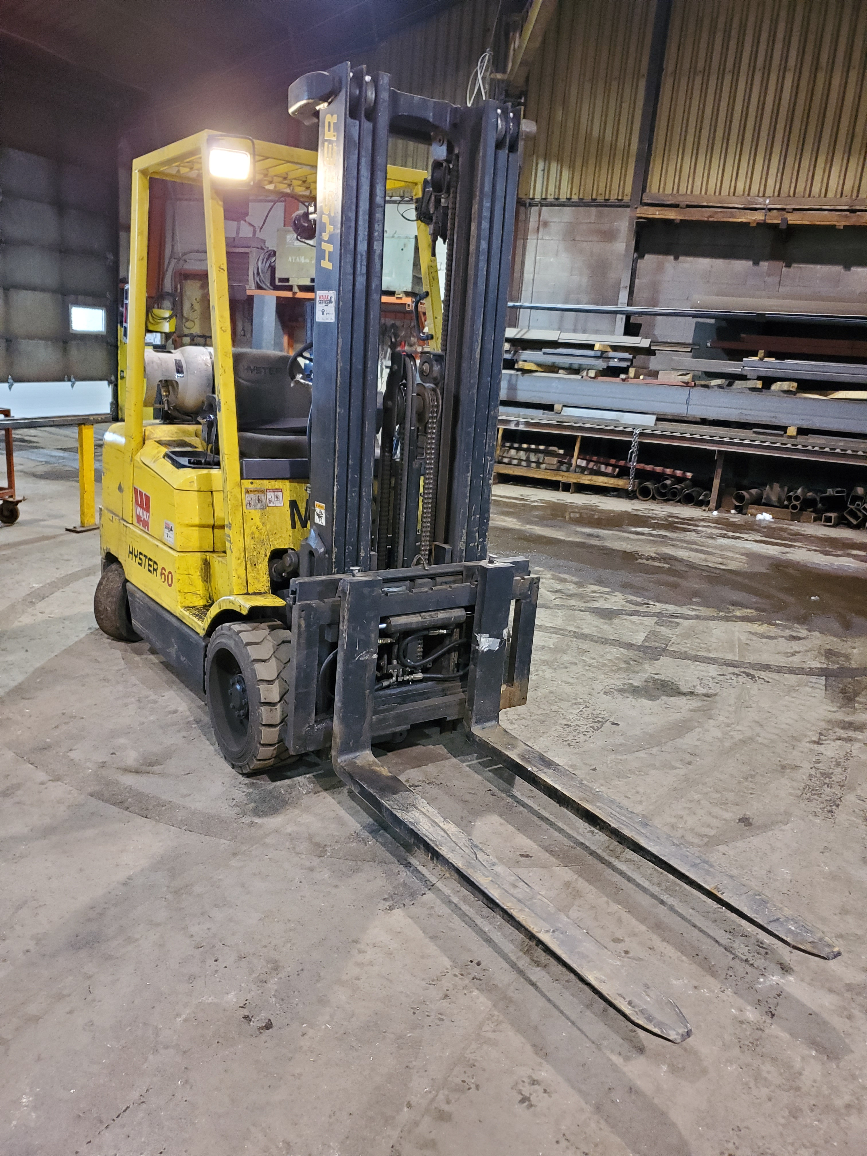 HYSTER PROPANE FORKLIFT, S60XM 6000LB CAPACITY, TRIPLE MAST, SIDE SHIFT- LOCATION - LACHINE, QUEBEC - Image 5 of 6