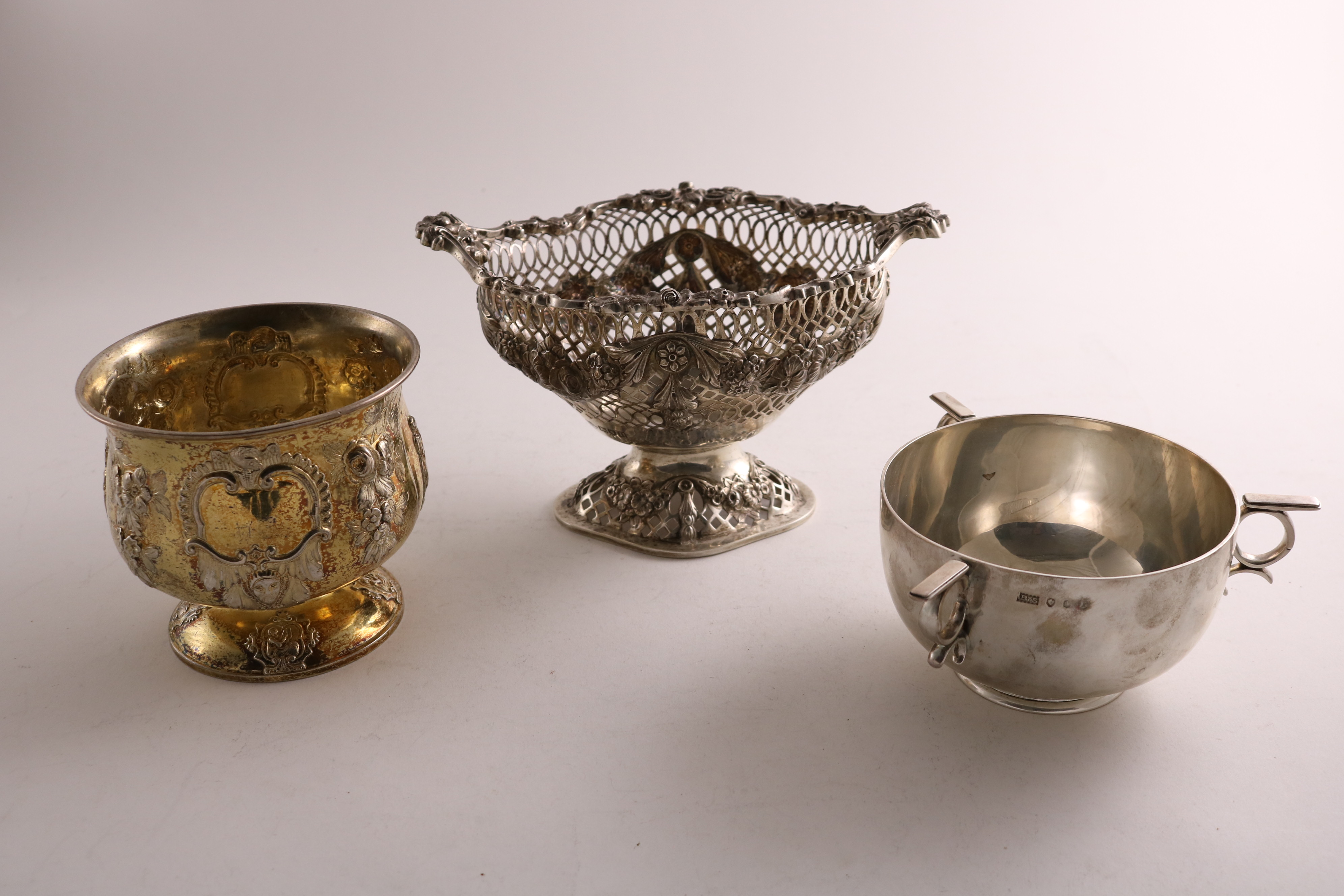 Lot 53 - AN EDWARDIAN SILVER BONBON BASKET of shaped oval outline on a domed foot by the Goldsmiths &