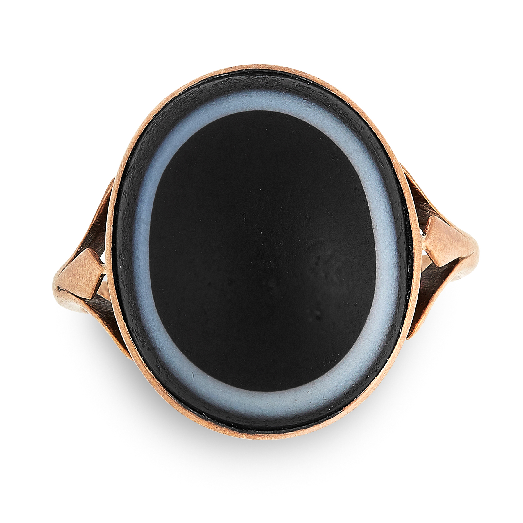 AN ANTIQUE BANDED AGATE RING in yellow gold, the bifurcated shank set with an oval banded agate