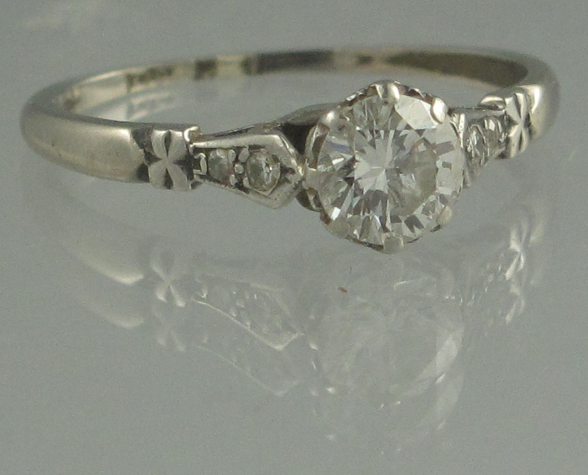 Lot 357 - A PLATINUM AND DIAMOND SOLITAIRE RING. T