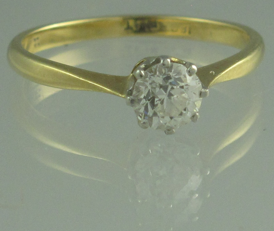Lot 334 - AN 18CT GOLD DIAMOND SOLITAIRE RING. The