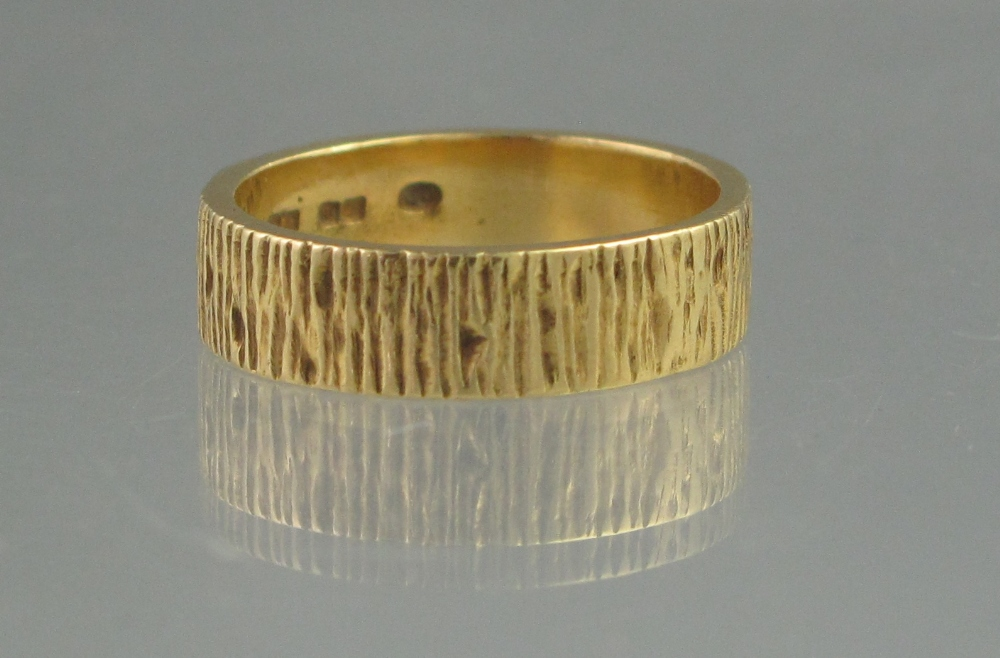Lot 364 - AN 18CT GOLD BARK EFFECT WEDDING RING BY