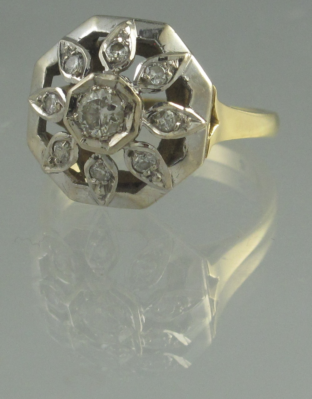 Lot 360 - 18CT GOLD DIAMOND CLUSTER RING. In domed