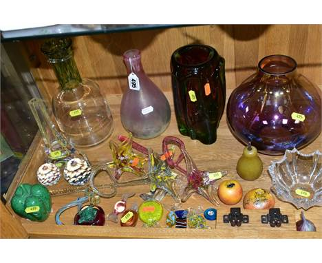 A COLLECTION OF STUDIO/ART GLASS, to include Peter Tysoe baluster vase with bubble inclusions, height approximately 21cm, Cow