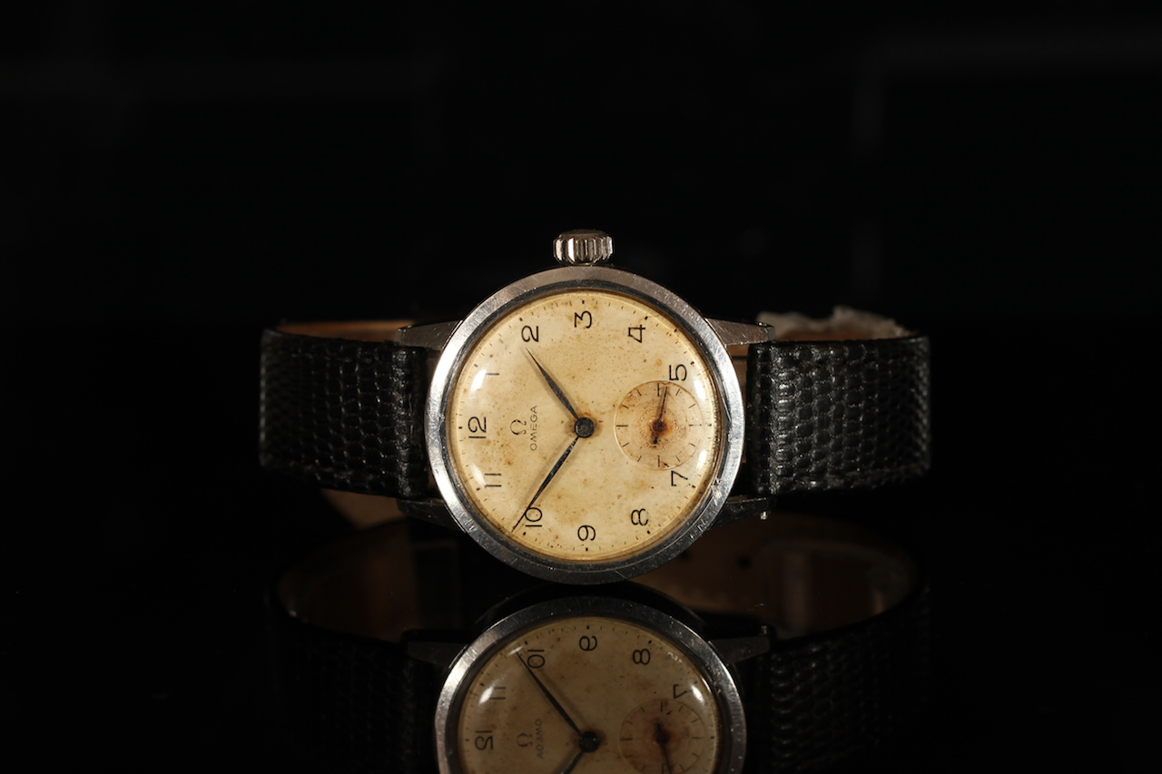 GENTLEMENS OMEGA WRISTWATCH CIRCA 1941, circular patina dial with black Arabic numerals and a