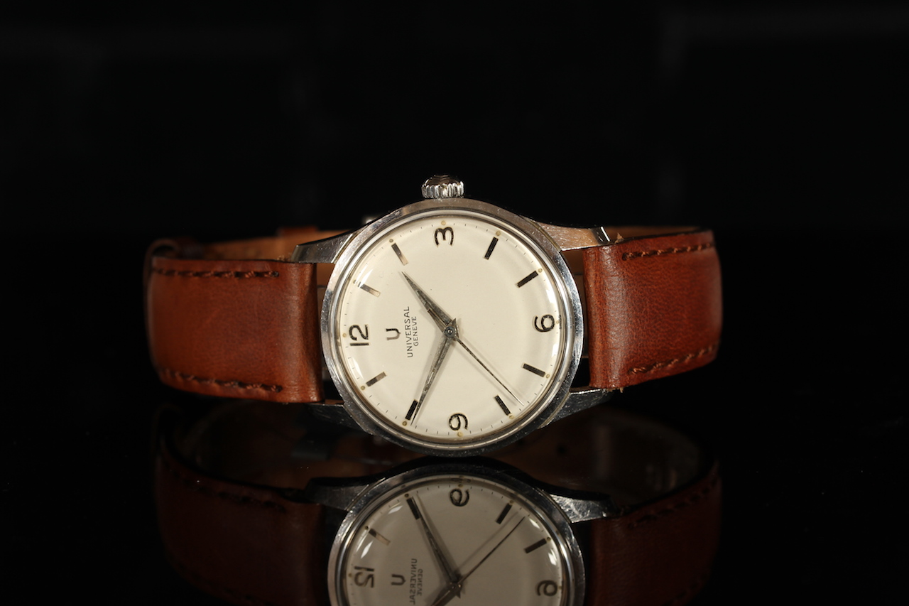GENTLEMENS UNIVERSAL GENEVE WRISTWATCH, circular off white dial with silver hour markers and