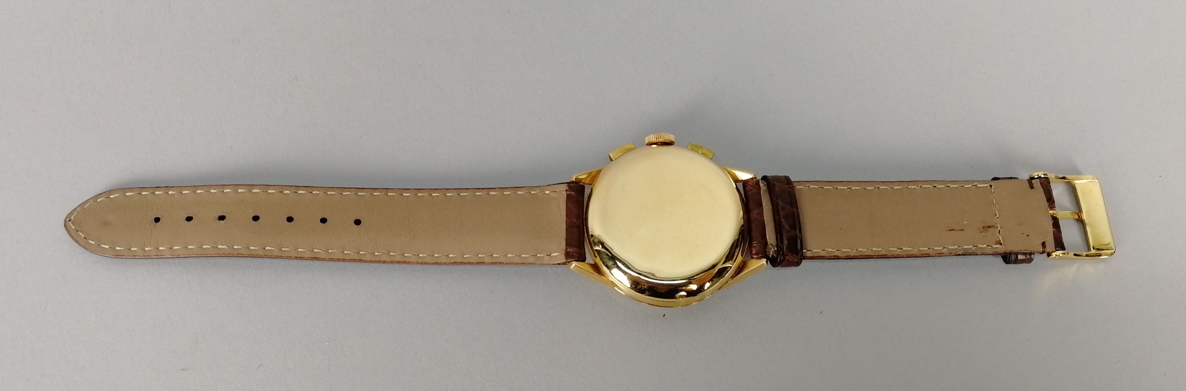 Lot 39 - UNIVERSAL GENEVE. Orologio da uomo in oro giallo 18 kt., modello Compur crono manuale. Quadrante