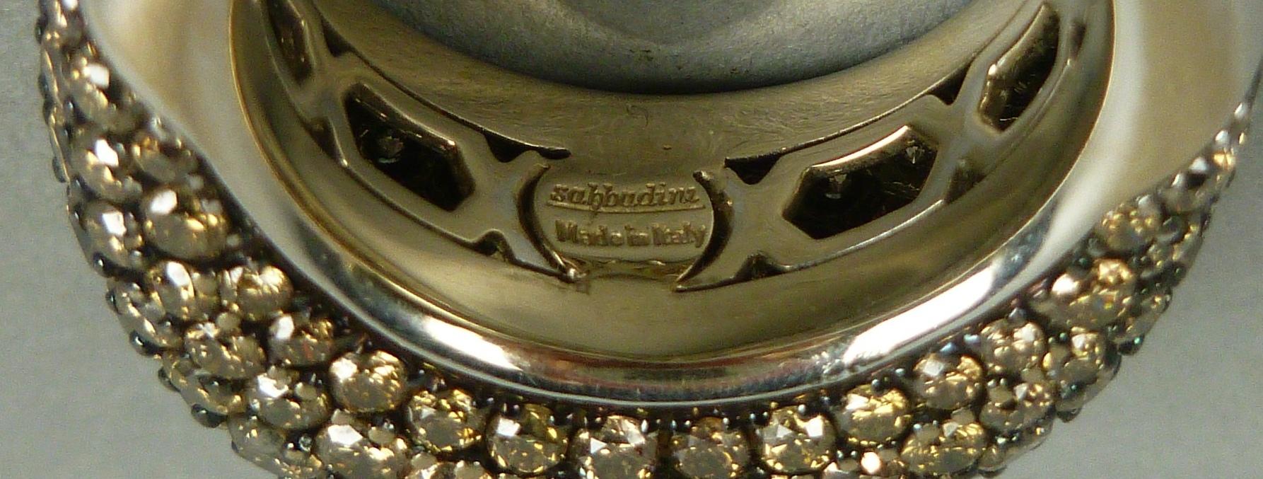 Lot 9 - SABBADINI. Anello in oro bianco 18 kt. con grande pavè di diamanti, gr. 15,6 ca. complessivi.