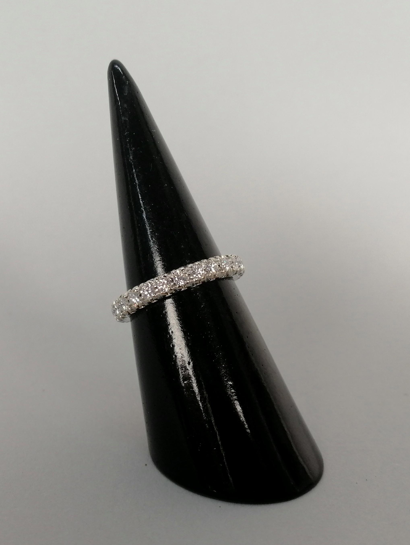 Lot 11 - Anello tipo fede eterné in oro bianco 18 kt. con venticinque diamanti, gr. 4 ca. complessivi. Misura