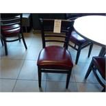 Chaises en bois et cuirette de couleur bourgogne