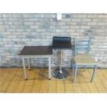 LOT: Petite table de 24'' X 18'', Tabouret & Chaise