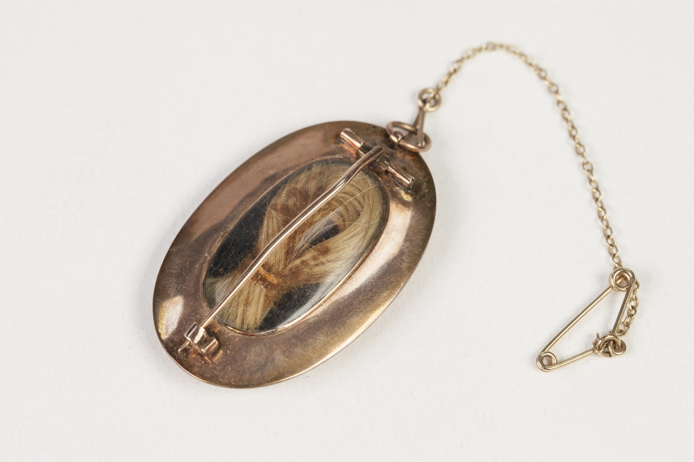 Lot 33 - EARLY NINETEENTH CENTURY GOLD COLOURED METAL (unmarked) MEMORIAL BROOCH, the glazed front