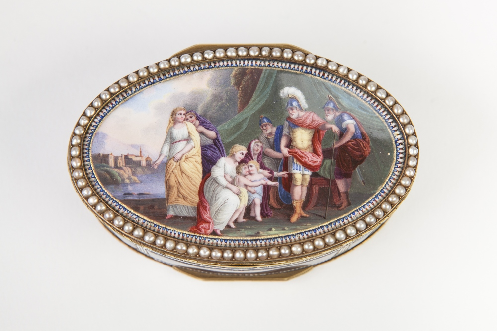 Lot 32 - 19th CENTURY FRENCH 18ct GOLD AND ENAMELLED OVAL BOX WITH HINGED LID TO THE TOP AND BASE, THE