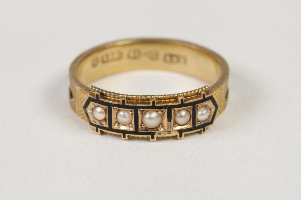 Lot 34 - VICTORIAN 15ct GOLD AND BLACK ENAMELLED MEMORIAL RING, the top set with five seed pearls in black