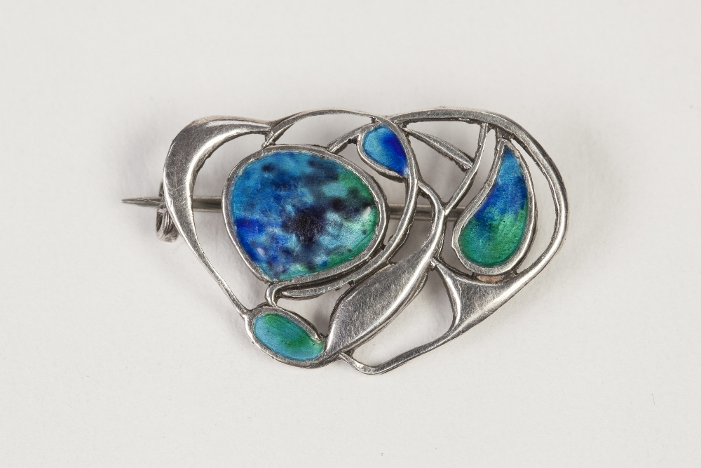 Lot 45 - EDWARDIAN SILVER AND PEACOCK BLUE ENAMELLED ART NOUVEAU BROOCH, of openwork foliate and scroll