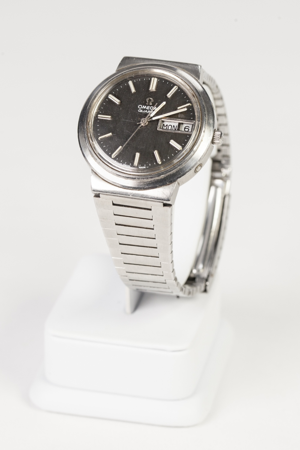 Lot 18 - GENTS OMEGA STAINLESS STEEL WRIST WATCH, with quartz movement, circular dial with batons, sweep