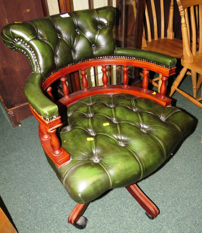 Lot 110 - GREEN BUTTON BACK LEATHER SWIVEL OFFICE CHAIR