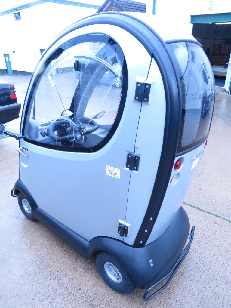 Lot 51 - ROMA SHOPRIDER TRAVESO FULLY ENCLOSED MOBILITY SCOOTER (KEY, CHARGER AND LOGBOOK IN OFFICE)