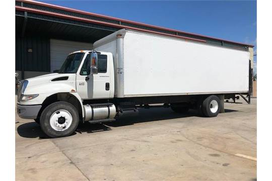 2006 INTERNATIONAL BOX TRUCK, 26' BOX, INTERNATIONAL DT466 MOTOR