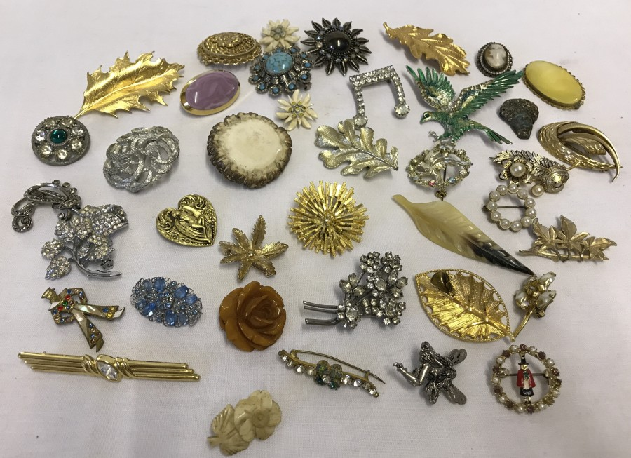 Lot 1004 - A collection of costume jewellery brooches to include Sarah Coventry and diamante.