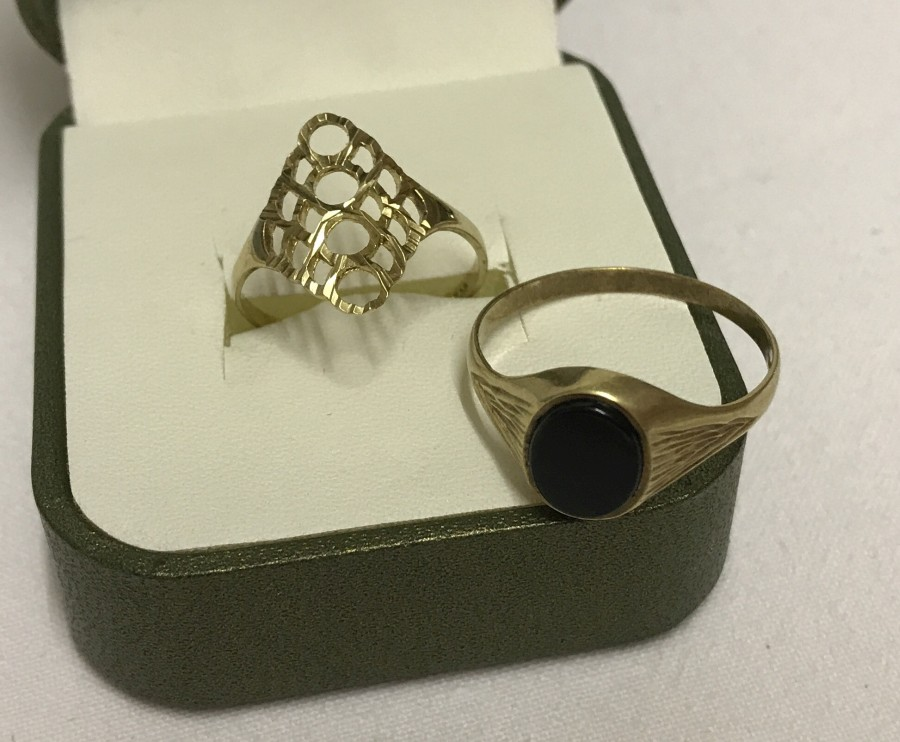Lot 1060 - 2 9ct gold rings.