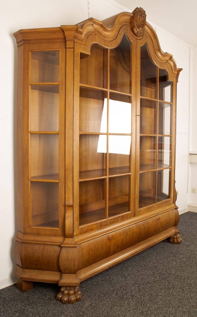 Großer, zweitüriger Bücherschrank, Barockstil, 2. Drittel 20. Jhd., Nussbaum massiv & furniert, - Bild 4 aus 10