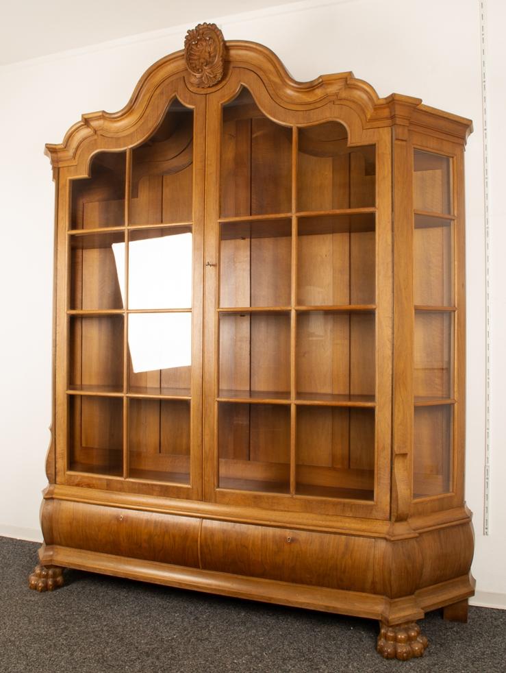 Großer, zweitüriger Bücherschrank, Barockstil, 2. Drittel 20. Jhd., Nussbaum massiv & furniert, - Bild 9 aus 10