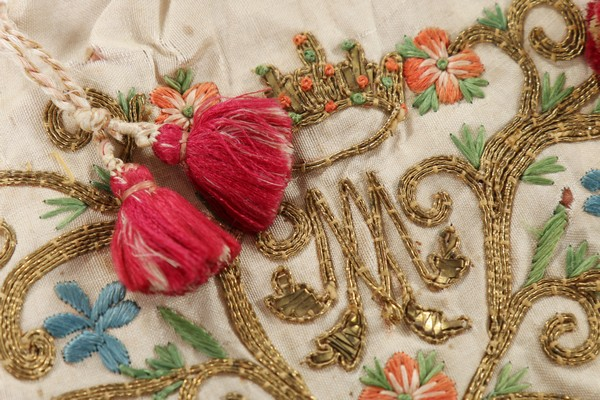 An embroidered love token purse, English, late 18th century, worked with couched gold threads, - Image 5 of 8
