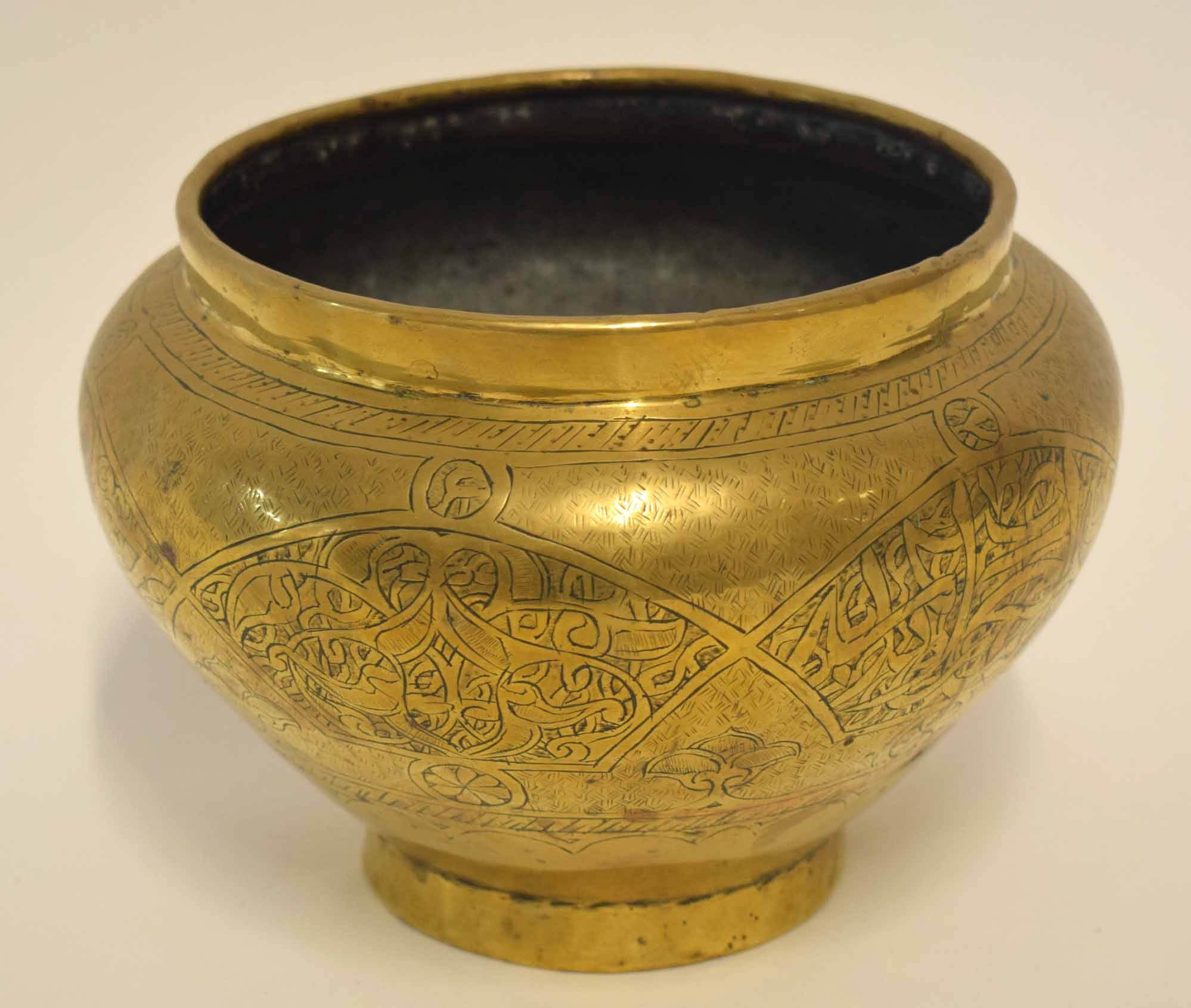 Lot 36 - Oriental metal ware jardiniere with an incised design, 18cm diam