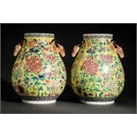 PAAR VASEN MIT KÖPFEN VON HIRSCHEN Porzellan mit Emaifarben, China. Im Stil der Qianlong-Zeit,