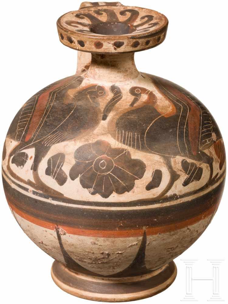 Korinthischer Aryballos, Griechenland, Ende 7. Jhdt. v. Chr.Hellgrundiger Aryballos mit Standring.