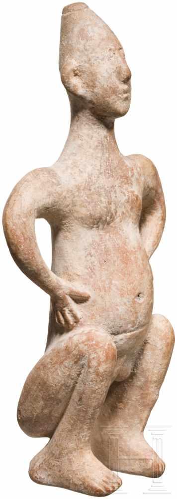 Außergewöhnliche Terrakotta-Statuette eines Hockenden, vorderasiatisch, Ende 2. Jtsd. v. Chr. - Image 3 of 5