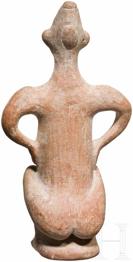 Außergewöhnliche Terrakotta-Statuette eines Hockenden, vorderasiatisch, Ende 2. Jtsd. v. Chr. - Image 2 of 5