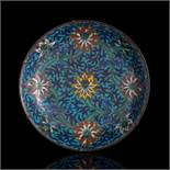 Große Cloisonné-Rundschale mit Dekor von Lotos und Rankwerk auf türkisfarbenem Fond