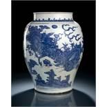 Großer unterglasurblau dekorierter Schultertopf aus Porzellan mit Kirin-/Phönix-Dekor