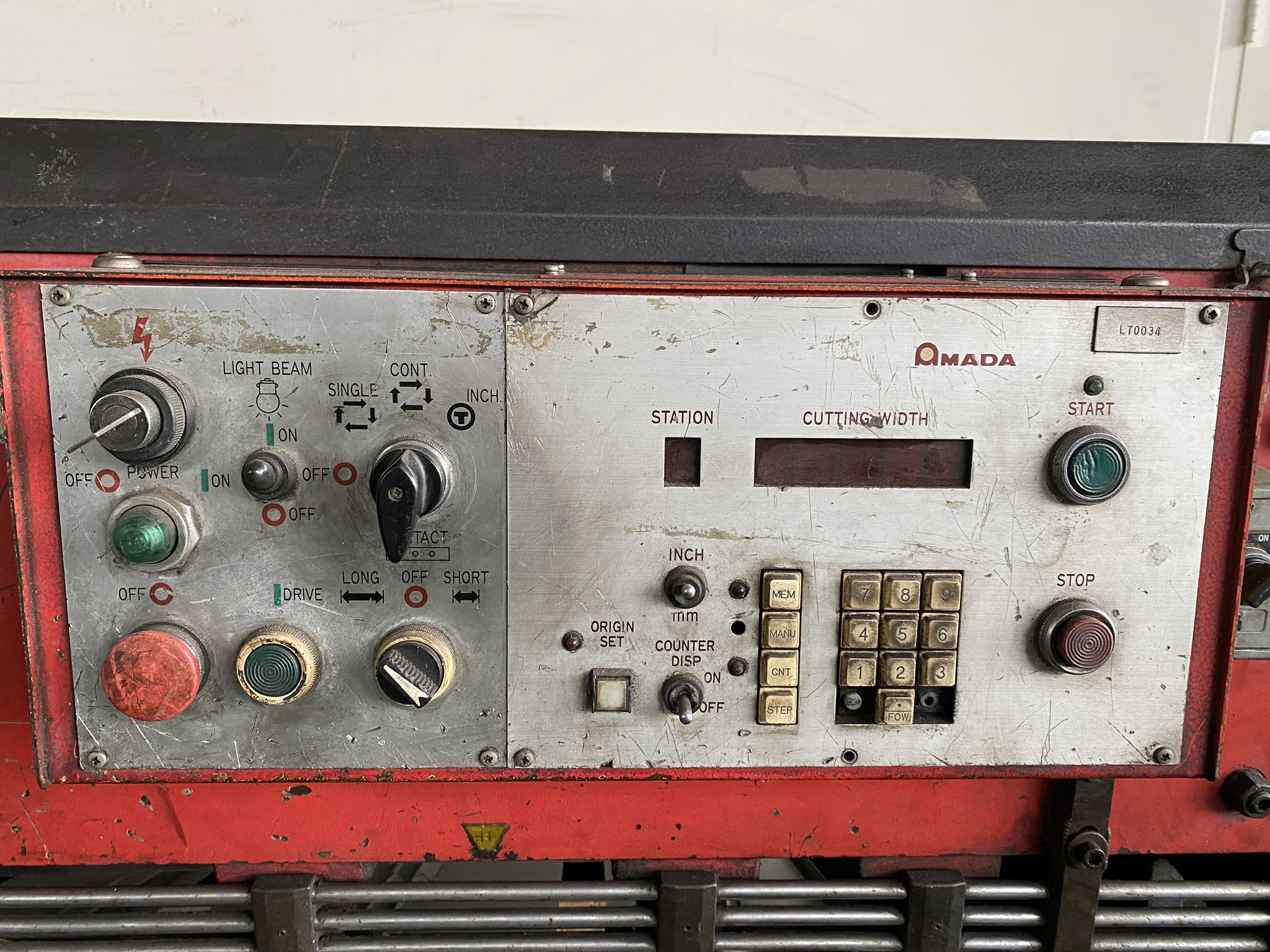 1990 AMADA M-2560 SHEAR, 2500 MM, LENGTH, 6 MM THICKNESS, MECHANICAL, SHEET SUPPORTS - Image 12 of 14