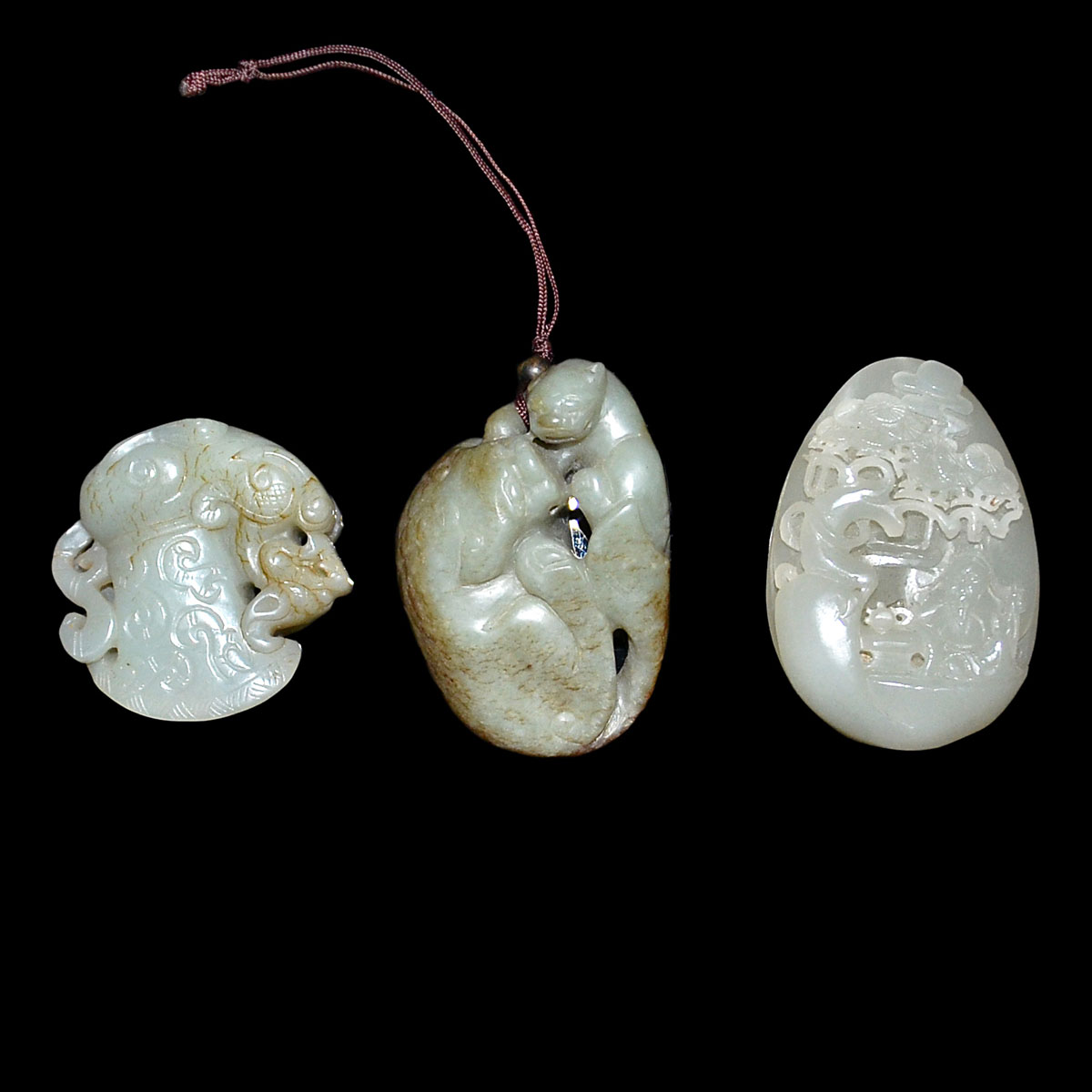 玉雕把玩掛飾一組三件 A Group of Three Jade Pebble and Pendant Carvings. Height: 2⅛ - 2¾ in (5.4 - 7 cm)