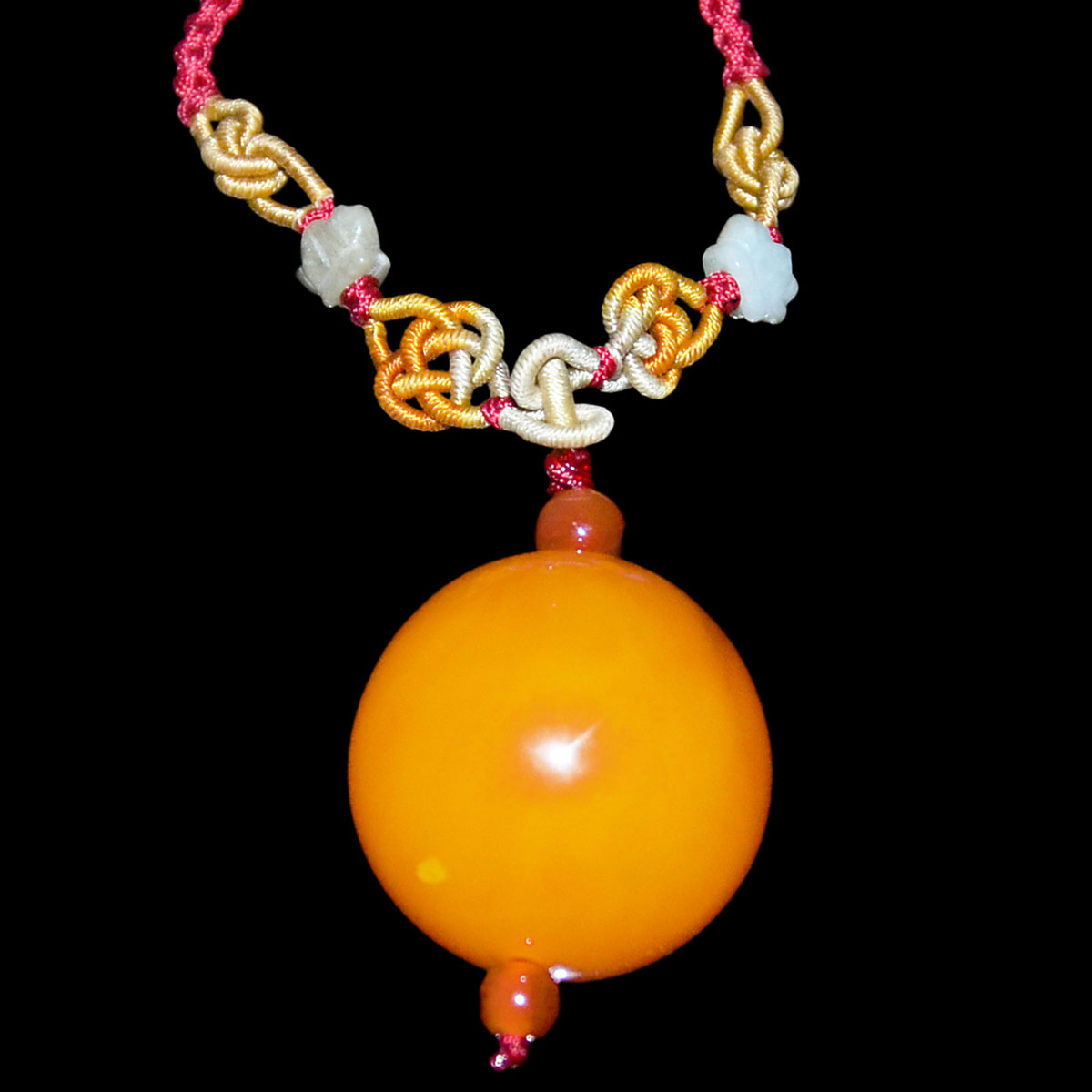 Lot 32 - 西藏朝珠圓蜜蠟項飾連珠鏈 Tibetan Beeswax Amber Bead Pendant Necklace. Diameter: 1¼ in (3.2 cm)  Weight: 25 g.