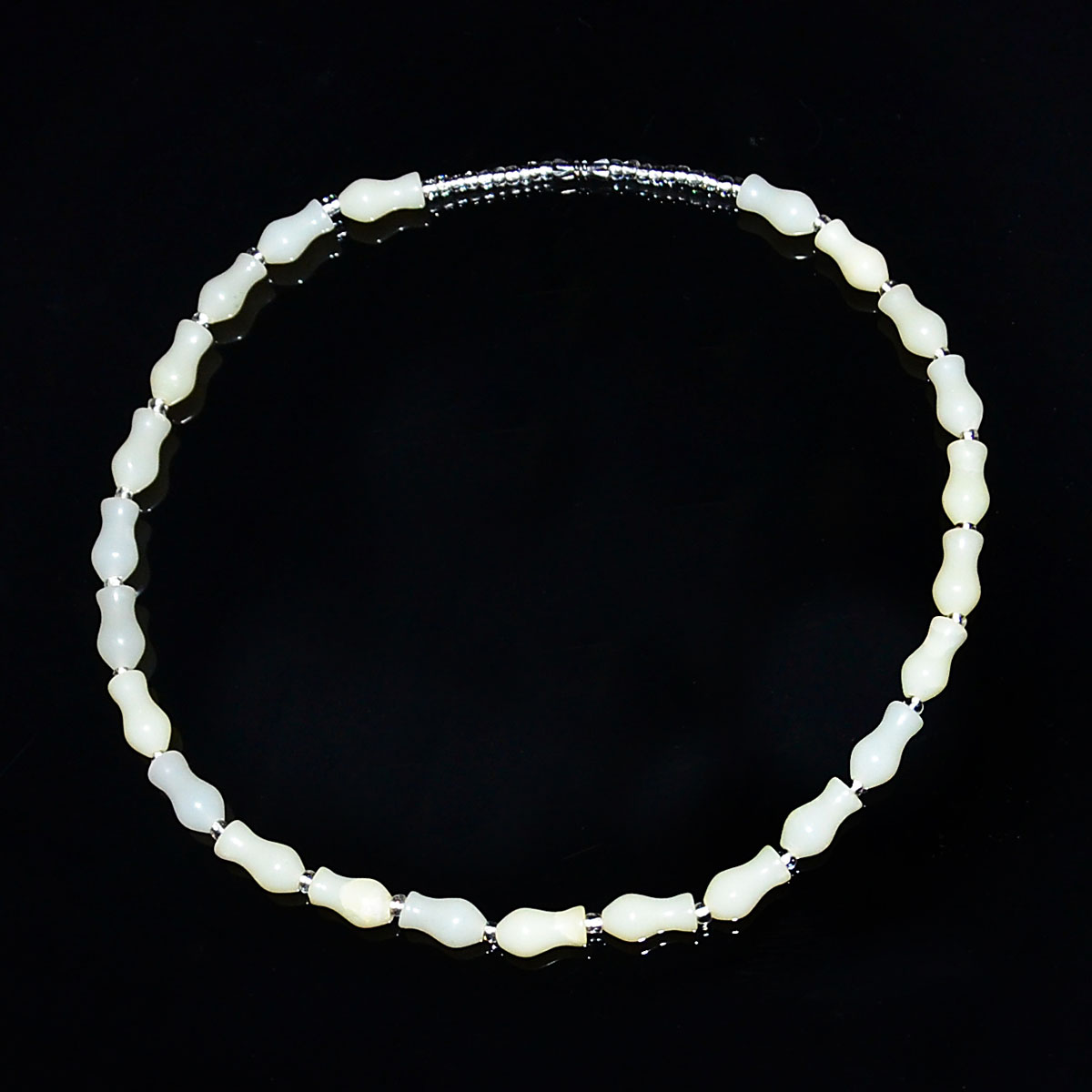 Lot 2 - 和田白玉雕葫蘆珠項鍊 Hetian White Jade Gourd-Section Beads Necklace. Diameter: 6¾ in (17.1 cm)  Weight: 46