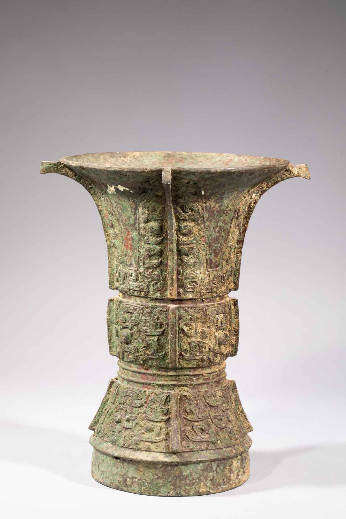 Los 59 - Vase Rituel « Zun » ciselé sur trois registres de rinceaux archaïques et motifs [...]