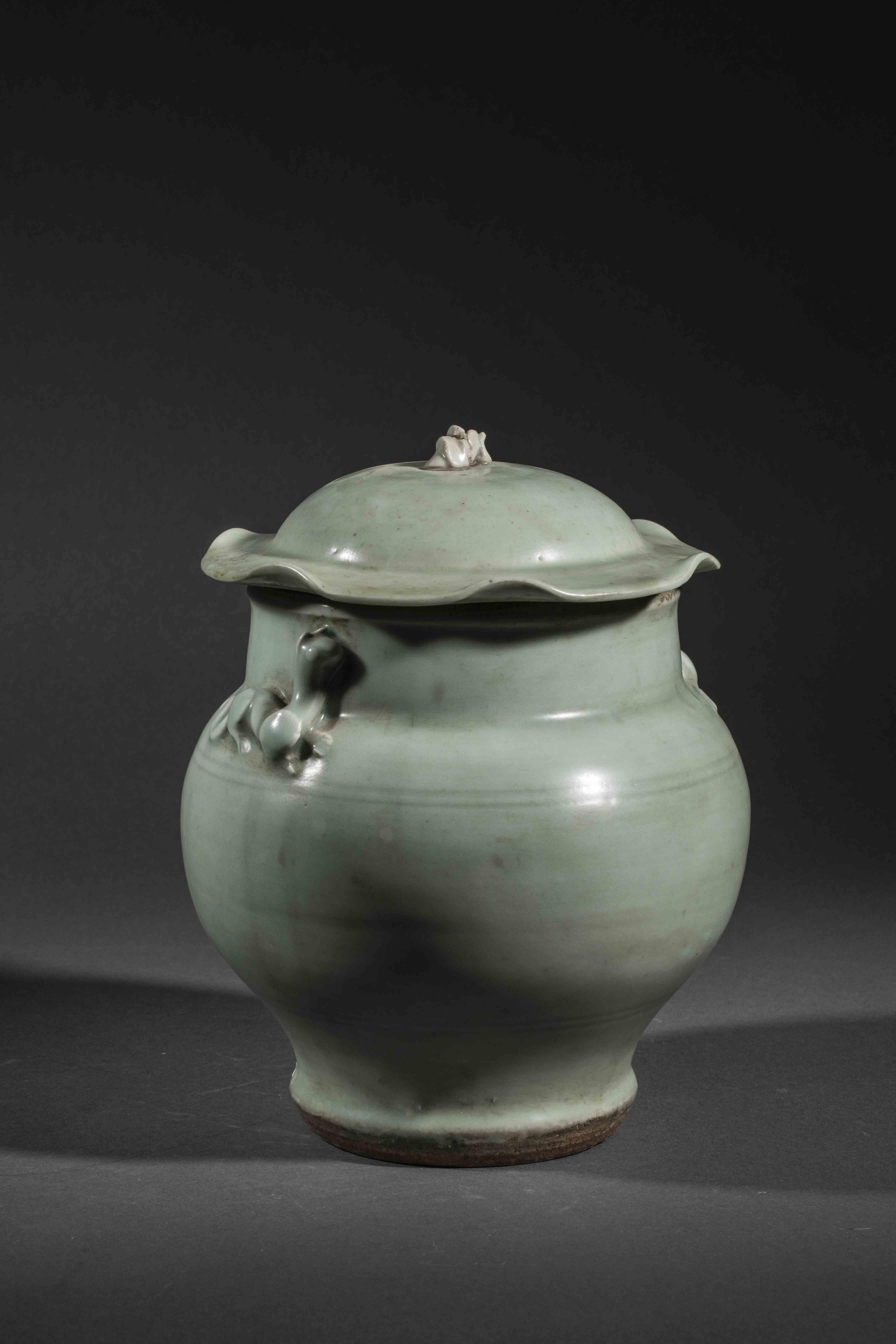 Bouillon du Longquan sur piédouche à panse globulaire et couvercle à tenon de [...]