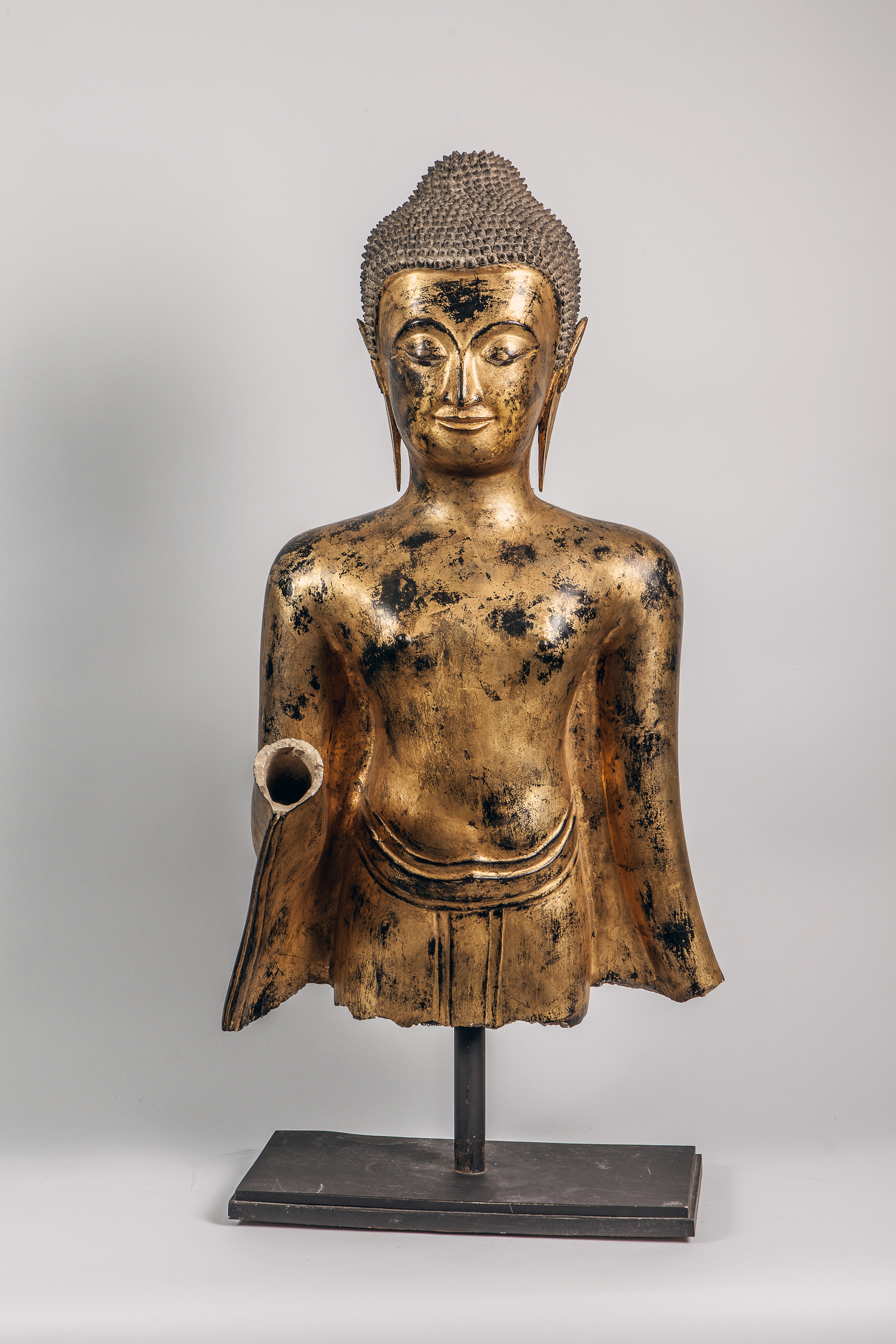 Los 58 - Buste de Buddha qui devait être dans la posture d'abaya mudra, les mains en avant, [...]