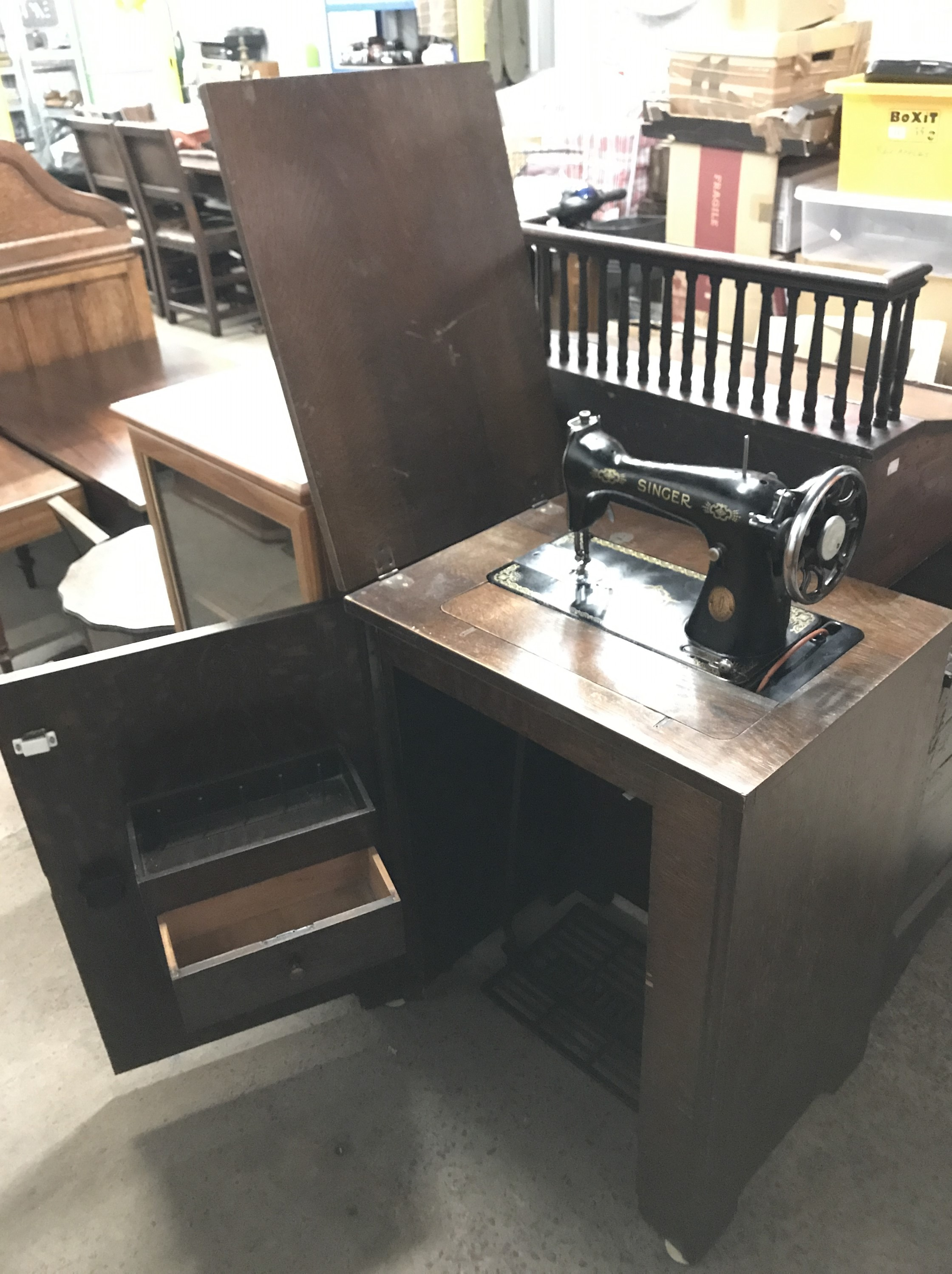 Lot 43 - An early 20th century Singer sewing machine in fitted cabinet