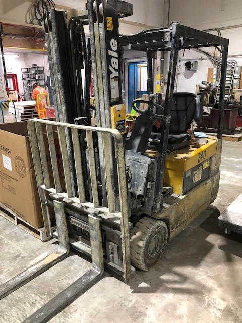 2000, electric forklift Yale, 3,360lbs, 3 stage mast, side shift, 3 wheels, Model: - Image 3 of 3