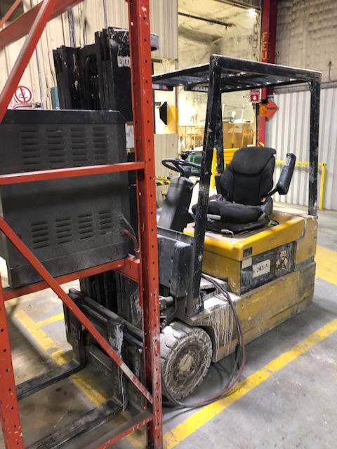 2001, electric forklift Yale, 3,350lbs, 3 stage mast, side shift, 3 wheels, Model: - Image 3 of 3
