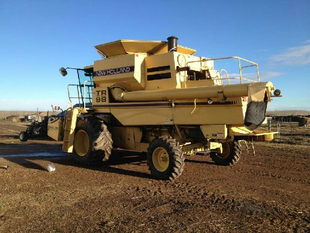 Lot 8 - TR 98 New Holland Combine 2048 seperator hours. New feeder chain, return elevator chain and new